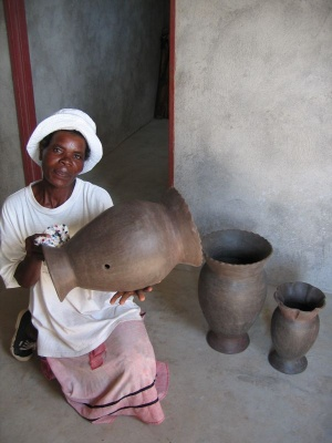 Women's cooperative making clay pots in Ga-Selala village, Sekhukhune (Photo: Gina Ziervogel)
