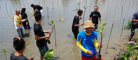 Group planting mangrove in Indonesia. Ikhlasul Amal (CC BY-NC 2.0).