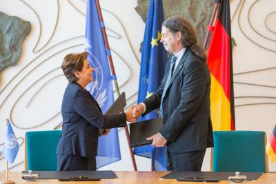 UNFCCC Executive Secretary Patricia Espinosa signs the COP23 hosting agreement with German State Secretary.