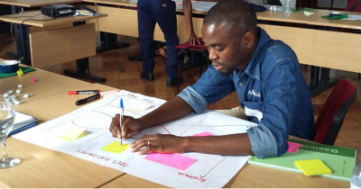 Participant adding suggestions in the Maputo Water Dialogue