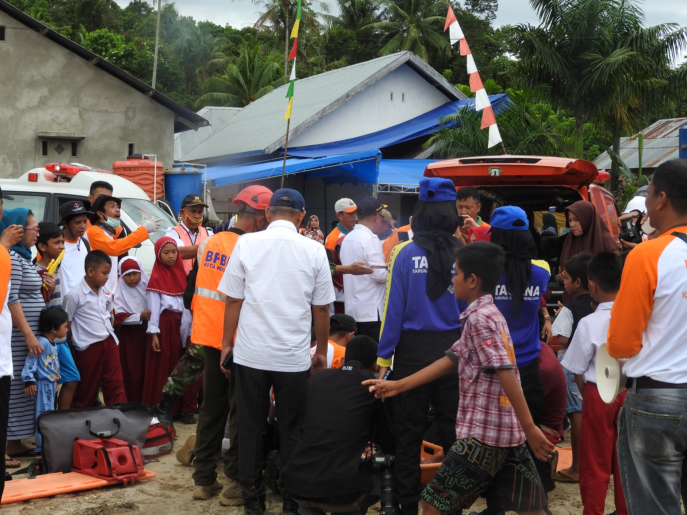 Elementary students participated in emergency response simulation in Lepo-Lepo Village, Kendari City, during HKBN 2019. Photo: USAID APIK Documentation