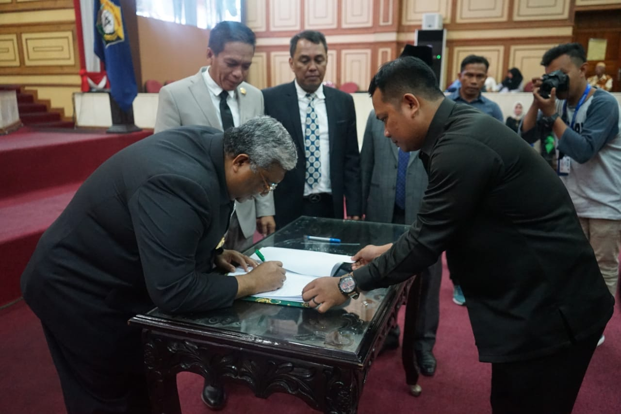 The Southeast Sulawesi Governor, Ali Mazi, signed the Raperda to become Perda. Photo: Documentation of Detik Sultra
